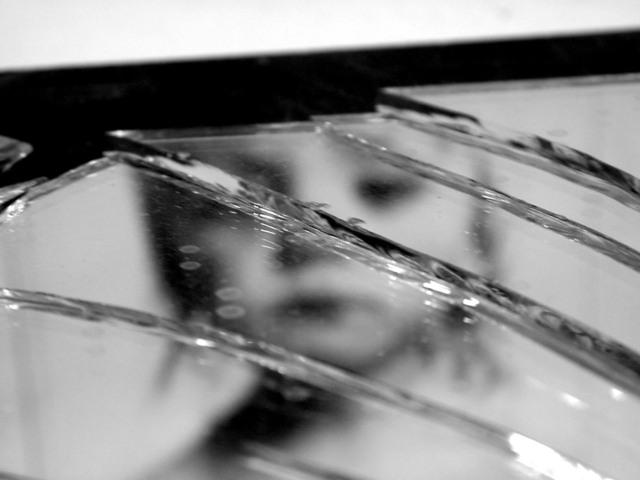broken-mirror-3-1317214-640x480